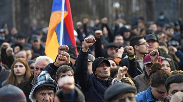 Оппозиционные активисты у здания Национального собрания Армении в Еревaне