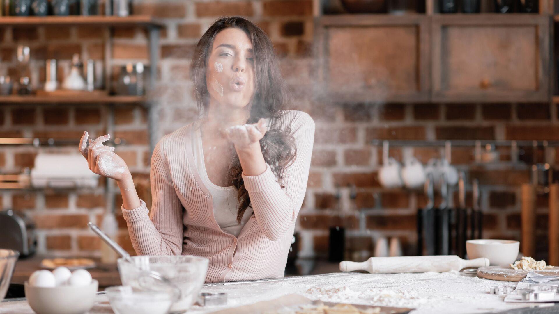 Девушка на кухне  - РИА Новости, 1920, 28.02.2021