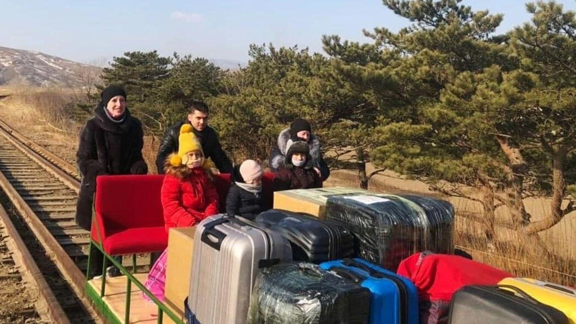Выехавшие из КНДР на дрезине дипломаты вернулись в Россию - РИА Новости, 1920, 26.02.2021