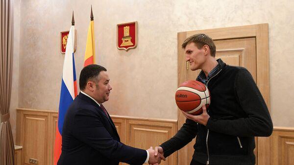 Губернатор Тверской области Игорь Руденя во время встречи с президентом Российской Федерации баскетбола Андреем Кириленко