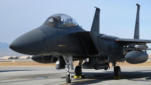 Истребитель F-15E ВВС США с установленной на нем ракетой AGM-158B JASSM-ER