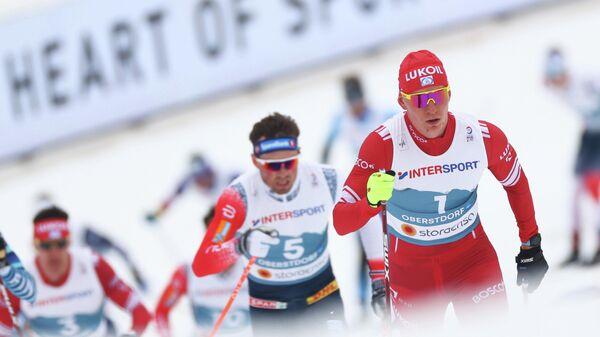 Российский лыжник Александр Большунов (справа)