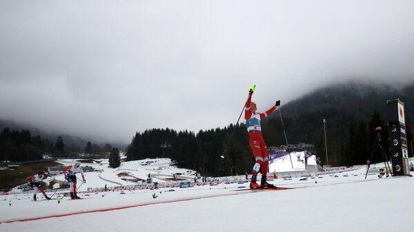 Российский лыжник Александр Большунов на финише скиатлона на чемпионате мира