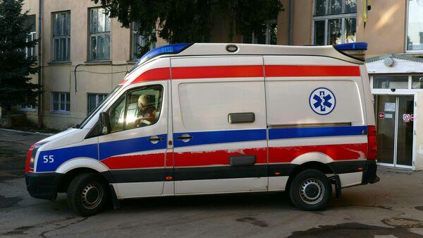 Машина скорой медицинской помощи у городской инфекционной больницы в Ивано-Франковске