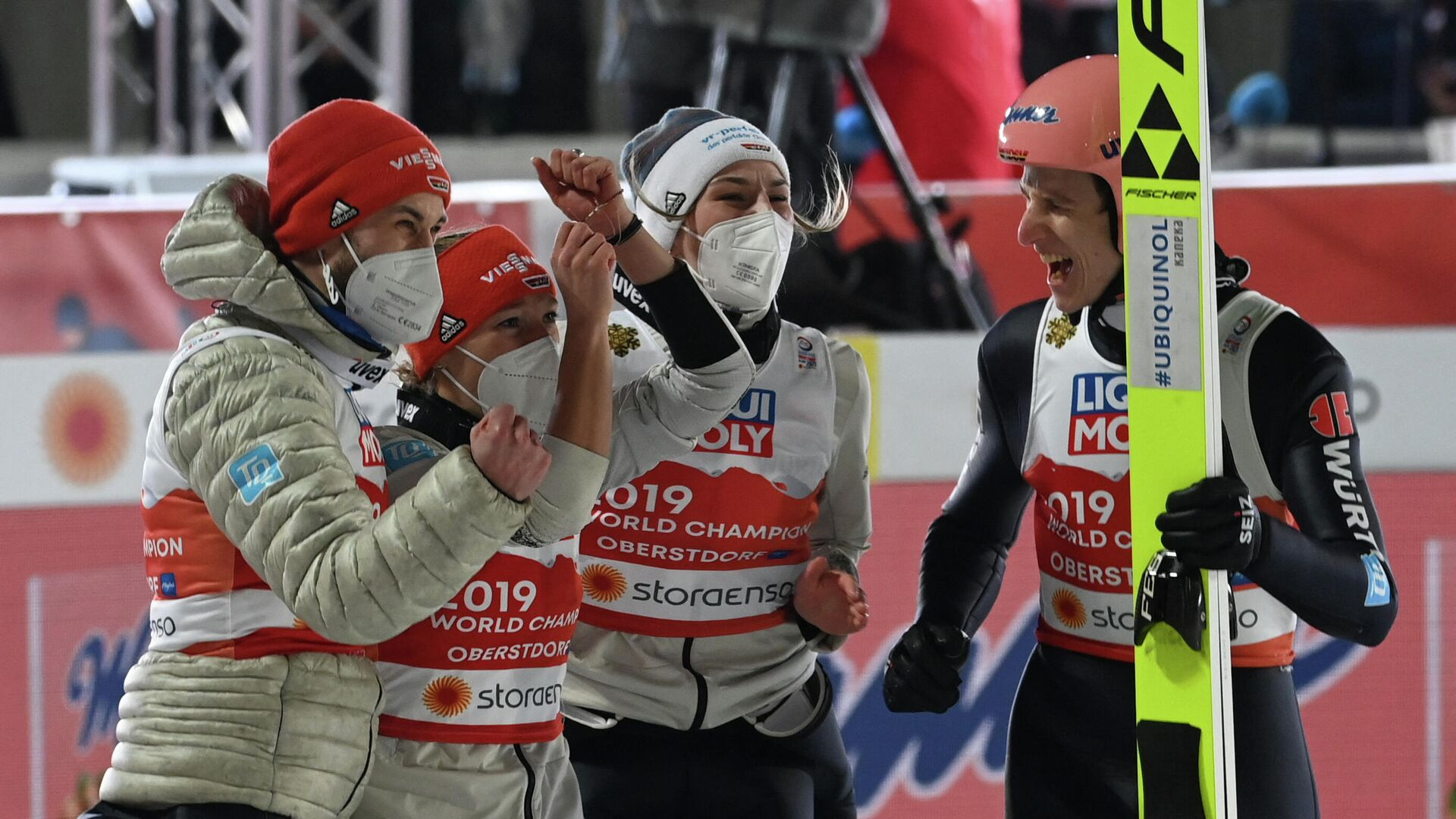 Germany's Karl Geiger (R) celebrates with (L-R) Germany's Markus Eisenbichler, Germany's Katharina Althaus and Germany's Anna Rupprecht after his jump in the Mixed Team HS106 hill jumping event at the FIS Nordic Ski World Championships in Oberstdorf, southern Germany, on February 28, 2021. (Photo by CHRISTOF STACHE / AFP) - РИА Новости, 1920, 28.02.2021
