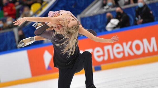 Виктория Синицина и Никита Кацалапов выступают в произвольной программе на соревнованиях танцевальных дуэтов в финале Кубка России по фигурному катанию в Москве.