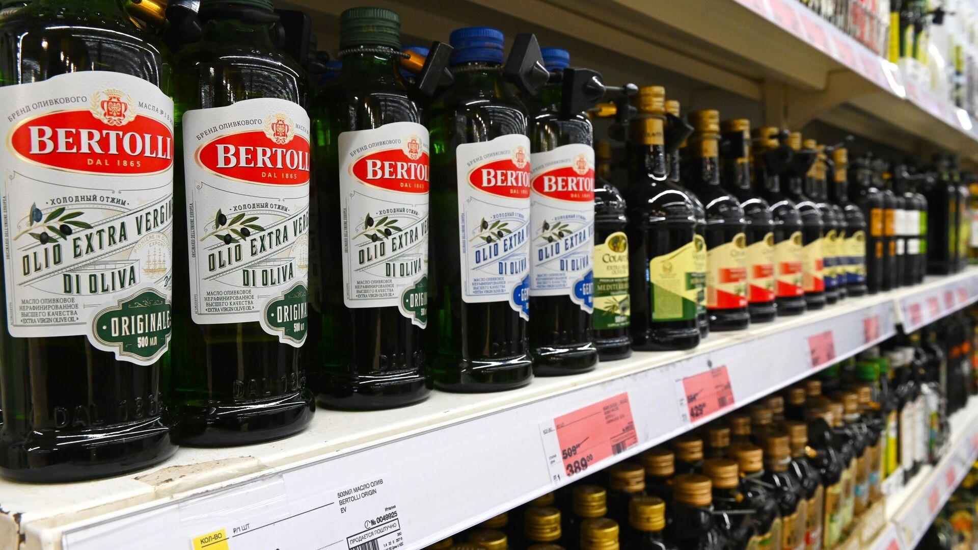 Бутылки с растительным маслом на полке магазина - РИА Новости, 1920, 14.07.2021