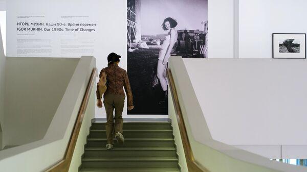 Посетительница на открытии Фотобиеннале-2020 в Мультимедиа Арт Музее (МАММ). С 16 июня московские музеи будут постепенно открываться после отмены режима самоизоляции и ослабления ограничительных мер.