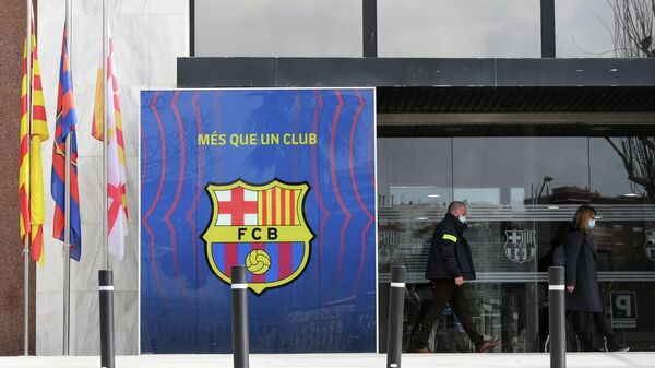 Deputy Chief of the Criminal Investigation Division of Catalan regional police forces Mossos d'Esquadra, Marta Fernandez (R) leaves the offices of Barcelona Football Club on March 01, 2021 in Barcelona during a police operation inside the building. -  (Photo by LLUIS GENE / AFP)