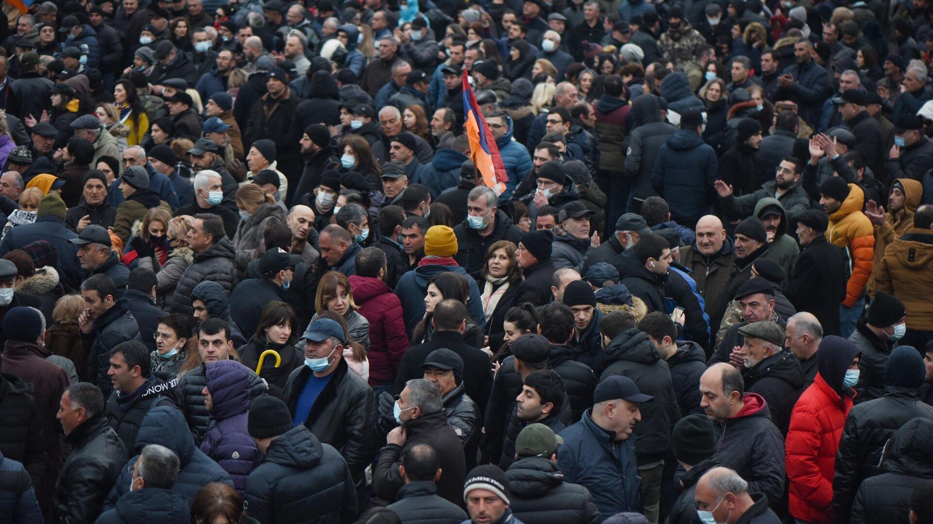 Участники акции протеста оппозиции с требованием отставки премьер-министра Армении Никола Пашиняна на проспекте Баграмяна в Ереване - РИА Новости, 1920, 03.03.2021