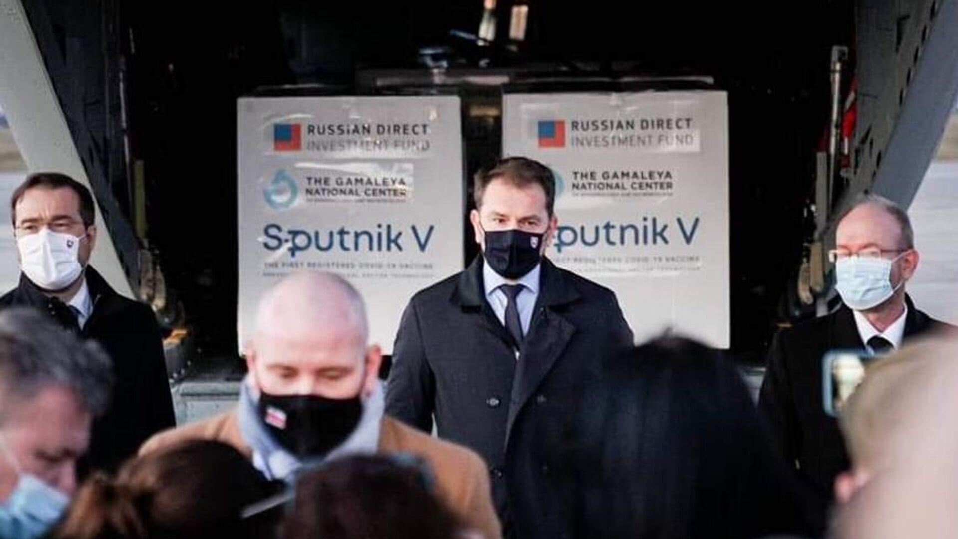 Премьер-министр Словакии Игор Матович в аэропорту города Кошице, куда доставлена первая партия российской вакцины от коронавируса Спутник V - РИА Новости, 1920, 11.03.2021