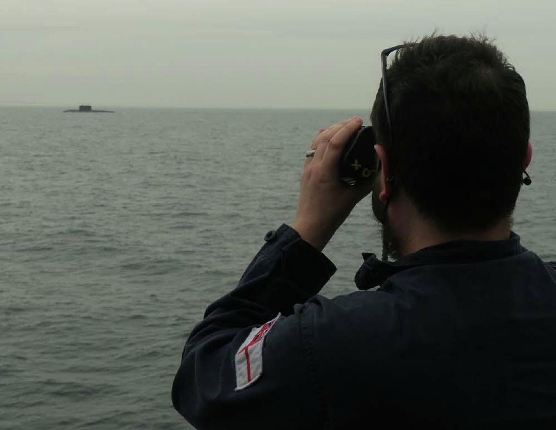Патрульный корабль ВМС Великобритании HMS Mersey отслеживает российскую подводную лодку в Ла-Манше - РИА Новости, 1920, 23.06.2021