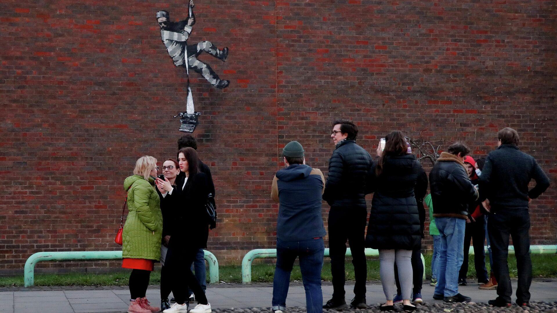 Граффити в стиле уличного художника Бэнкси появилось на стене тюрьмы в британском Рединге - РИА Новости, 1920, 16.03.2021