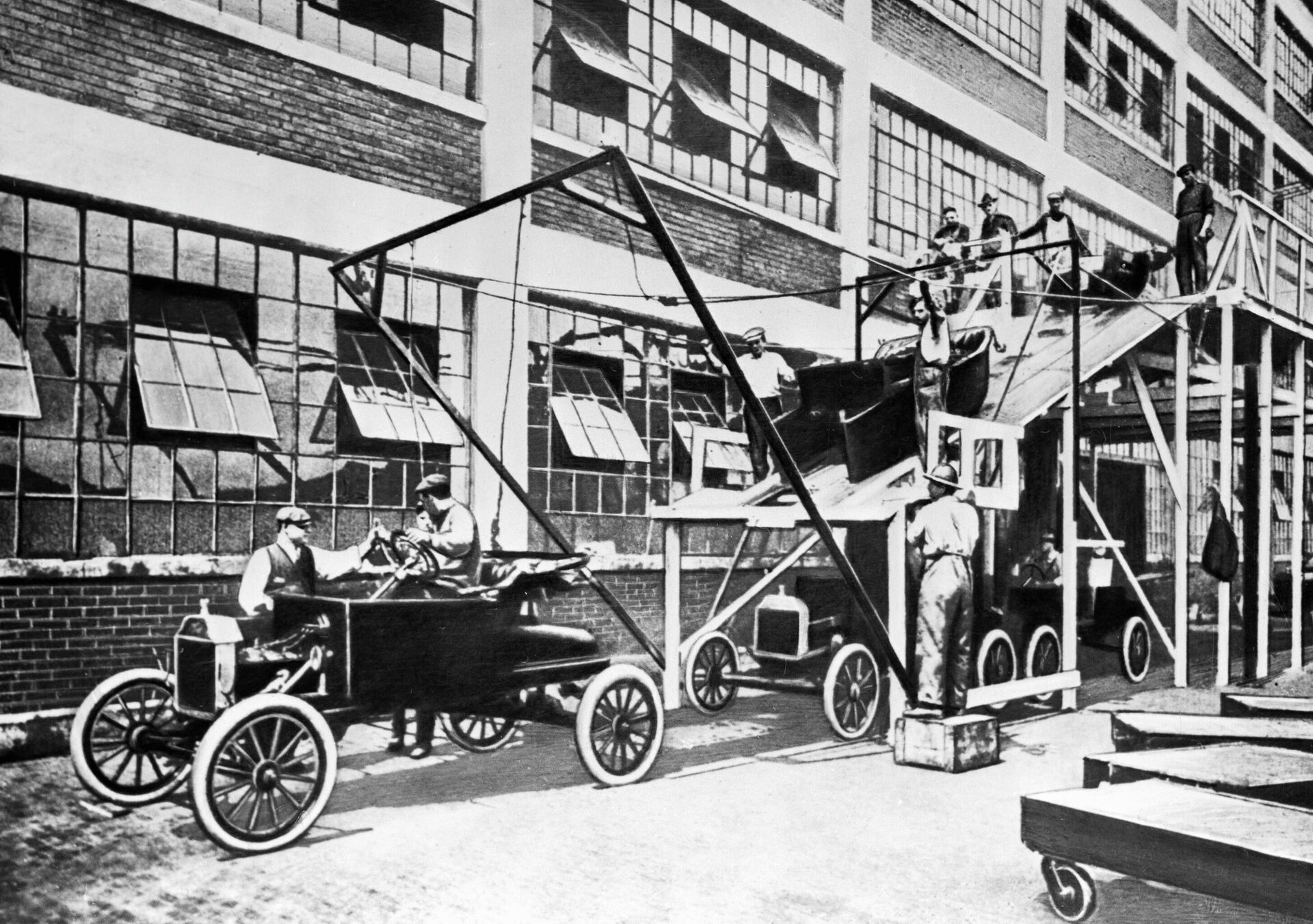 Рабочие собирают легковые автомобили на заводе Форда. - ПРОФИ Новости, 1920, 20.09.2021