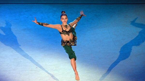Лала Крамаренко (Россия) участвует в показательных выступлениях Гран-при Москва 2021 по художественной гимнастике - Кубка чемпионок Газпром имени Алины Кабаевой во дворце гимнастики Ирины Винер-Усмановой.