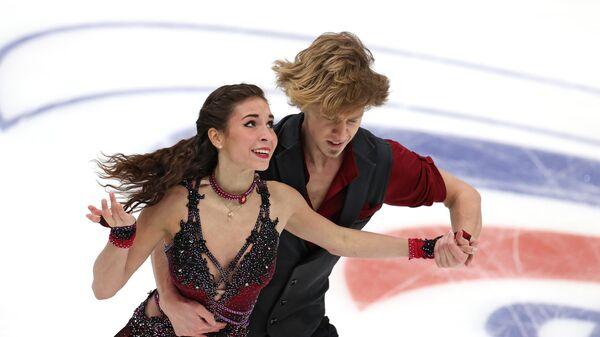 Диана Дэвис и Глеб Смолкин выступают в произвольной программе в финале Кубка России по фигурному катанию в Москве.