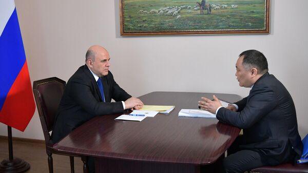 Председатель правительства РФ Михаил Мишустин и глава республики Тыва Шолбан Кара-оол во время встречи в Кызыле