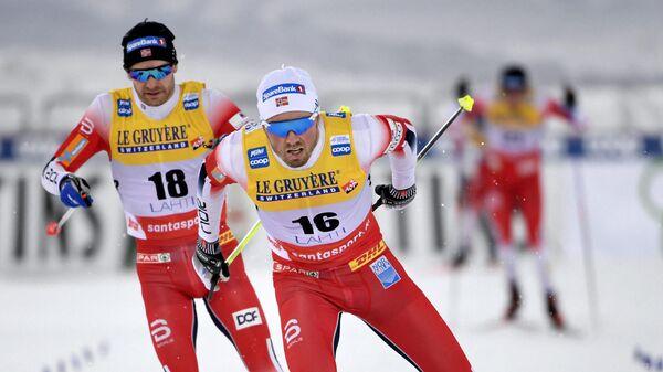 Норвежский лыжник Шур Рёте (на переднем плане)
