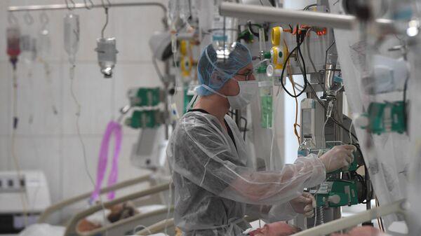 Медицинские работники и пациенты в отделении реанимации и интенсивной терапии городской клинической больницы №15 имени О.М. Филатова