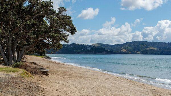 Пляж, опустевший после предупреждения о цунами в Ореве, Новая Зеландия