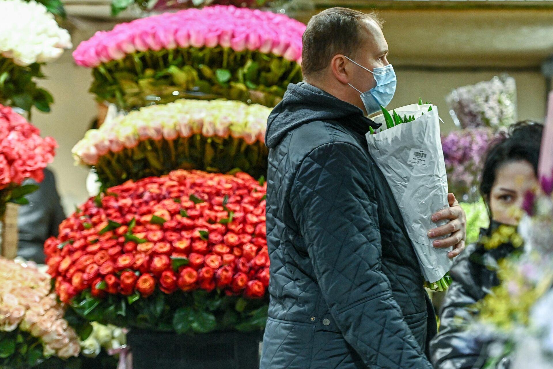Продажа цветов накануне Международного женского дня на Рижском рынке в Москве - РИА Новости, 1920, 05.03.2021