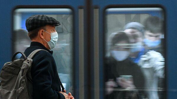 Пассажиры на одной из станций Московского метрополитена