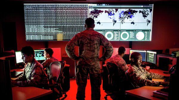 Военнослужащие 175-й группы по операциям в киберпространстве армии США на авиабазе Warfield в штате Винсконсин