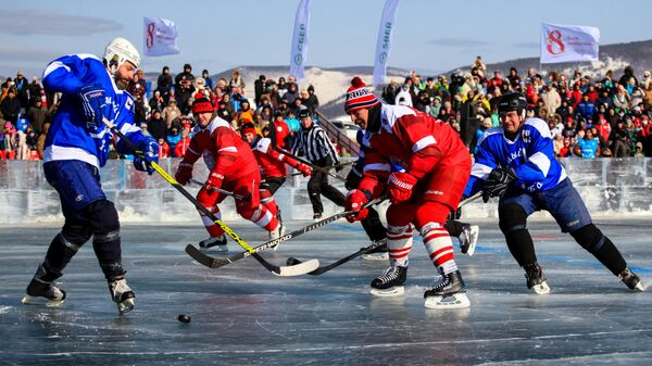 Участники хоккейного матча на озере Байкал у посёлка Большое Голоустное в Иркутской области