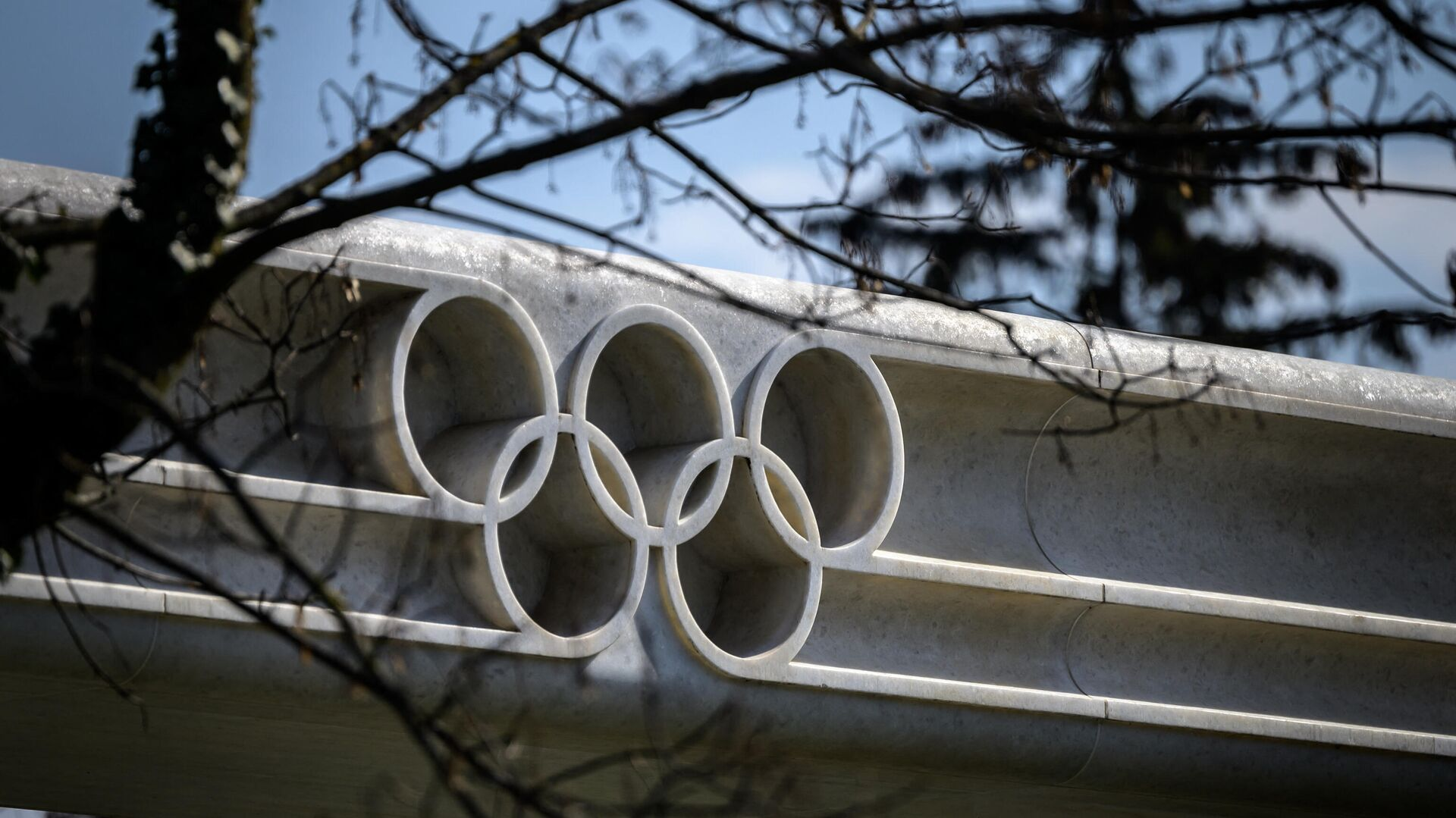 A picture taken on March 8, 2021 in Lausanne shows the Olympic rings next to the headquarters of the International Olympic Committee (IOC) ahead of a session of the World's sport governing body held virtually. (Photo by Fabrice COFFRINI / AFP) - РИА Новости, 1920, 09.03.2021
