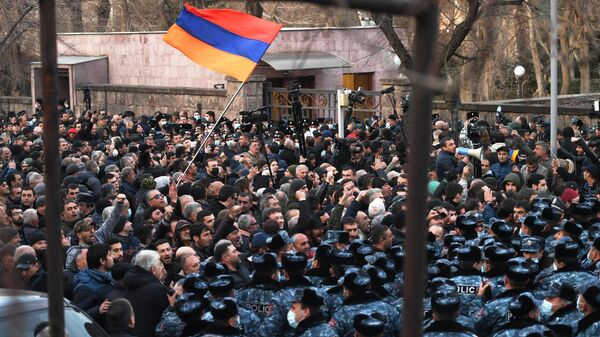 Сотрудники полиции и участники митинга оппозиции на проспекте Баграмяна в Ереване