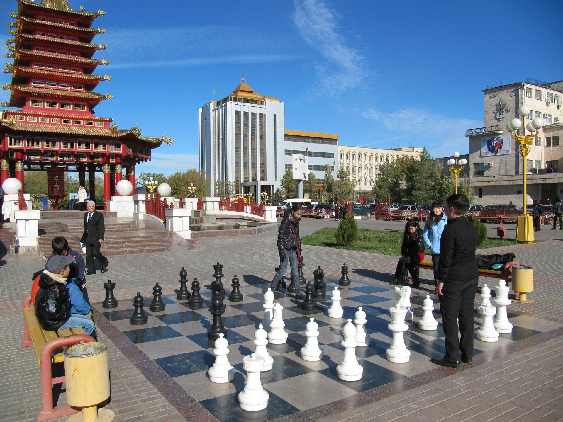 Игра в шахматы возле Пагоды Семь дней, Элиста, Калмыкия - РИА Новости, 1920, 19.07.2021