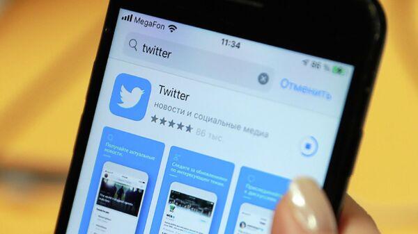 Логотип приложения Twitter на экране смартфона