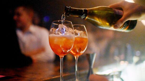 Бармен разливает напитки в баре