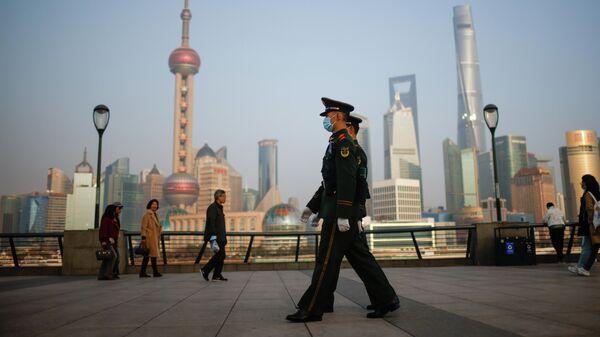 Люди около финансового района Луцзяцзуй в Шанхае