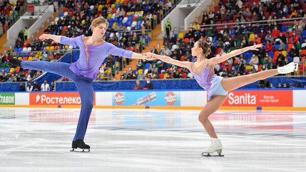 Алина Пепелева и Роман Плешков выступают с произвольной программой в парном катании в финале Кубка России по фигурному катанию в Москве.