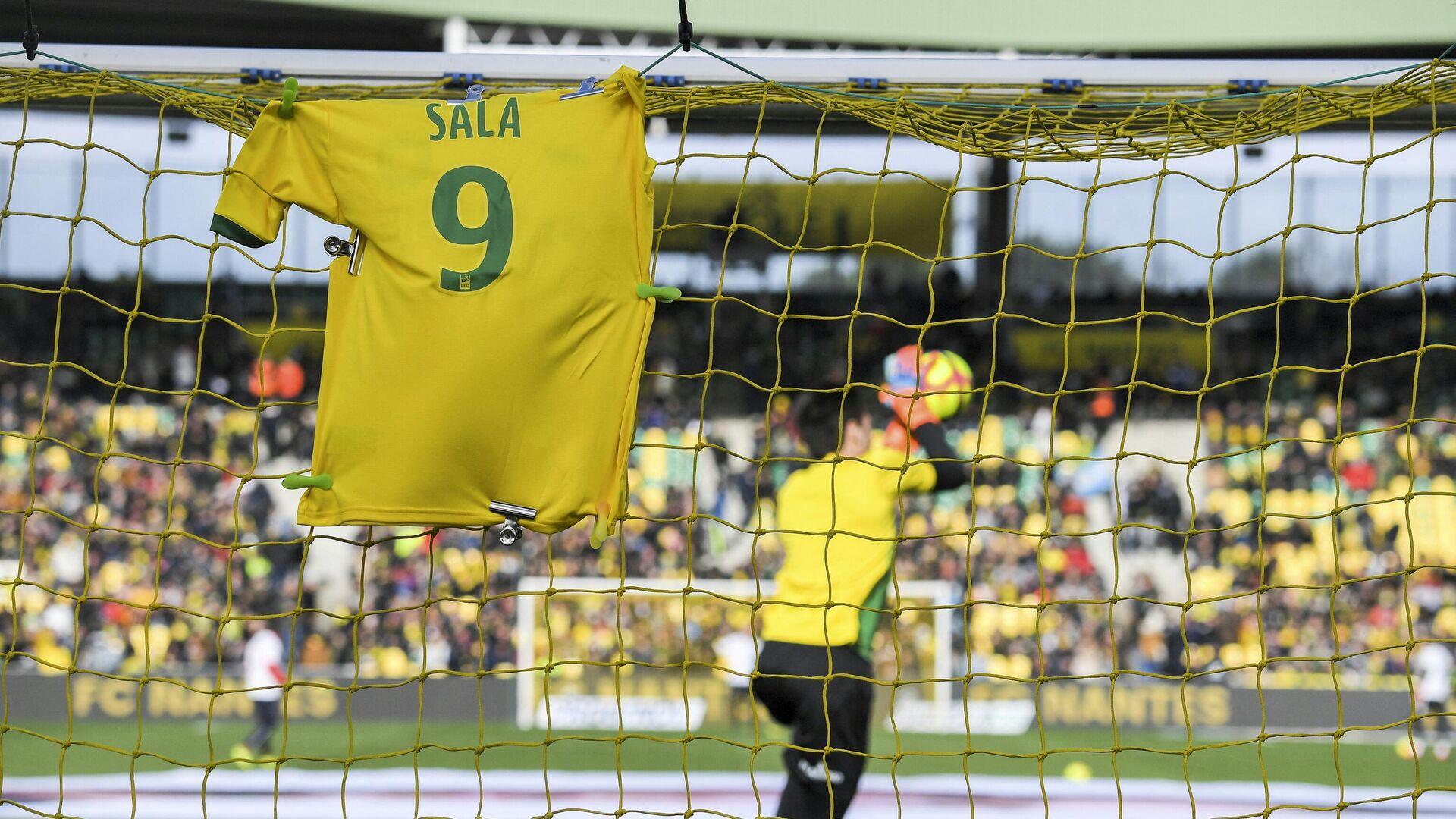 A #9 jersey is displayed on the goal in memory of late Argentinian forward Emiliano Sala prior to the French L1 football match between FC Nantes and Nimes Olympique at the La Beaujoire stadium in Nantes, western France on February 10, 2019. - FC Nantes football club announced on February 8, 2019 that it will freeze the #9 jersey as a tribute to Cardiff City and former Nantes footballer Emiliano Sala who died in a plane crash in the English Channel on January 21, 2019. (Photo by LOIC VENANCE / AFP) - РИА Новости, 1920, 10.03.2021