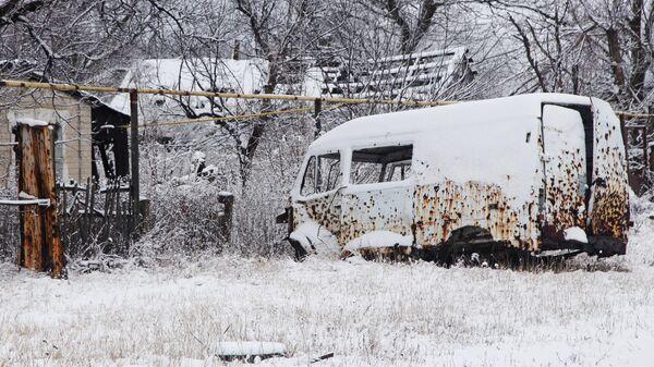 Автомобиль, получивший повреждения во время боевых действий в ДНР, на одной из улиц поселка Веселое Донецкой области