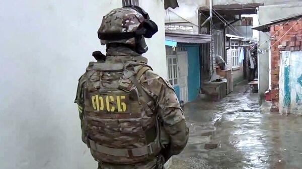 Сотрудник ФСБ РФ во время спецоперации по ликвидации боевика, планировавшего теракт, в Махачкале