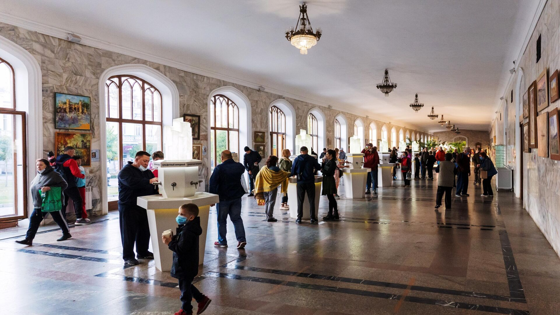 Люди в Нарзанной галерее в Кисловодске - РИА Новости, 1920, 16.03.2021