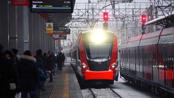 Пассажиры на перроне на станции Подольск в Московской области, открытой после реконструкции в рамках проекта второго Московского центрального диаметра