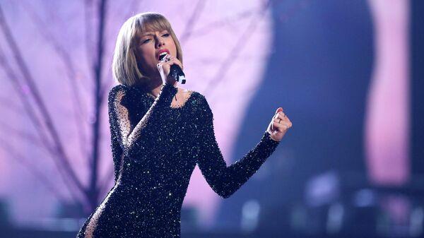 Тейлор Свифт во время выступления на церемонии вручения премии Grammy Music Awards в Лос-Анджелесе