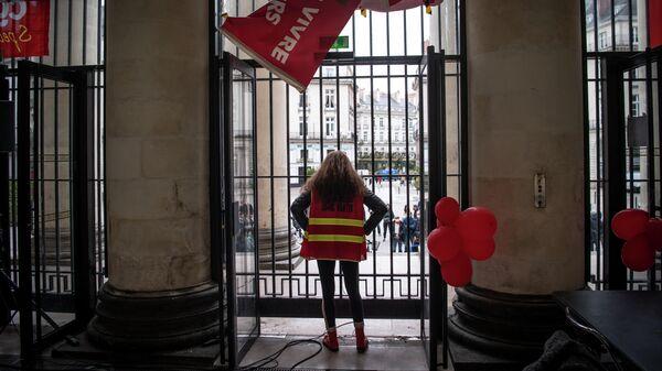 Участники акции протеста, которые требуют открытия культурных мест и театров во Франции