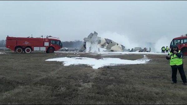 Спасатели на месте крушения самолета в Казахстане