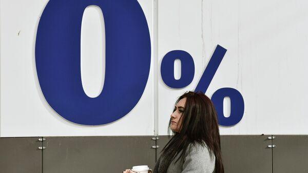 Девушка на одной из улиц в Симферополе
