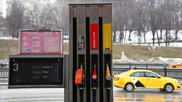 Топливные пистолеты на одной из АЗС сети ЕКА в Москве