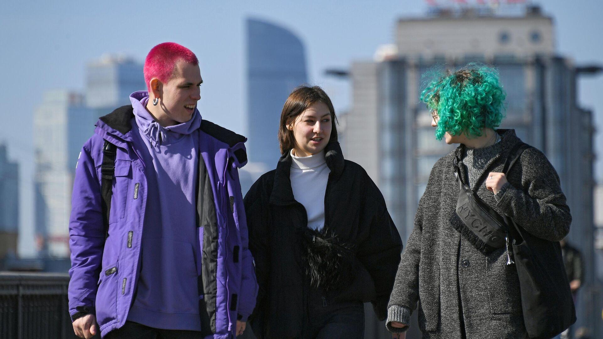 Молодые люди гуляют около Парка Горького в Москве - РИА Новости, 1920, 16.03.2021