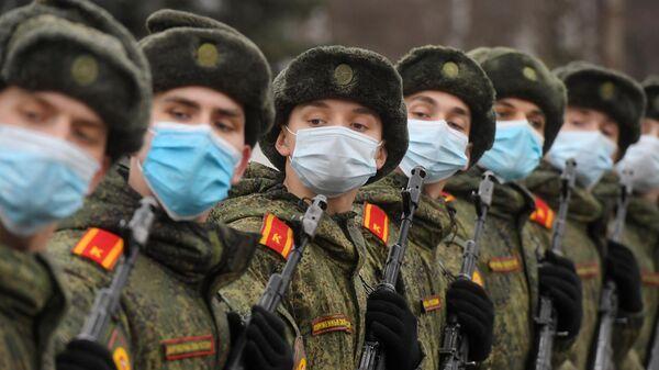 Курсанты Московского высшего общевойскового командного училища во время подготовки к военному параду на Красной площади