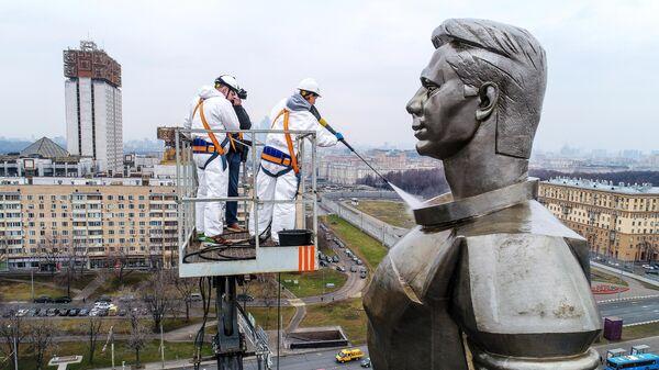 Мойка памятников в Москве после зимнего сезона