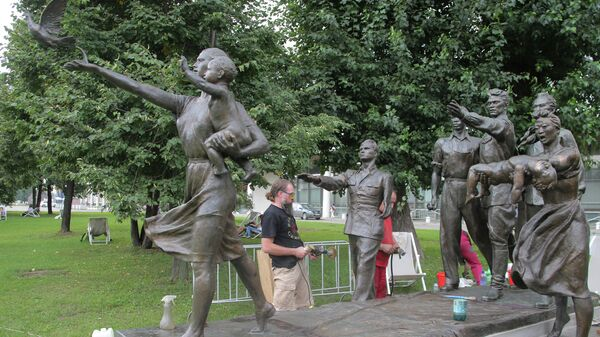 Открытие памятника В.И.Мухиной Требуем мира