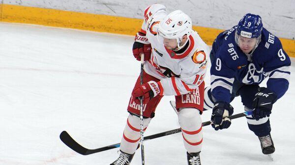 Игрок ХК Автомобилист Анатолий Голышев (слева) и игрок ХК Динамо Дмитрий Кагарлицкий